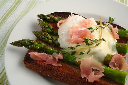 Panino con asparagi, mozzarella e prosciutto